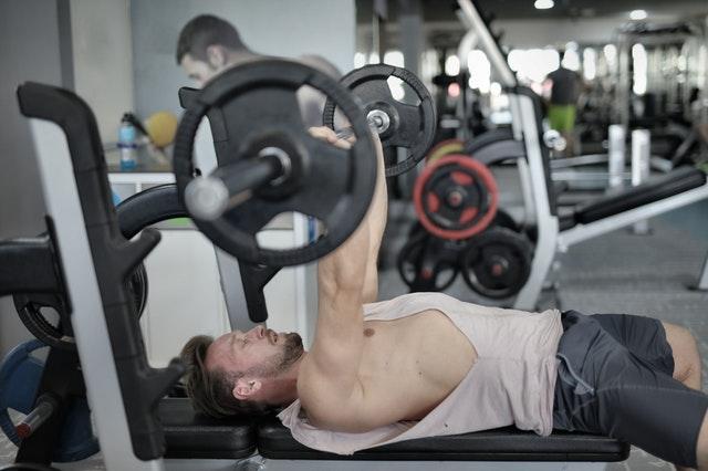 胸肌練不大的錯誤:沒有收緊肩胛骨