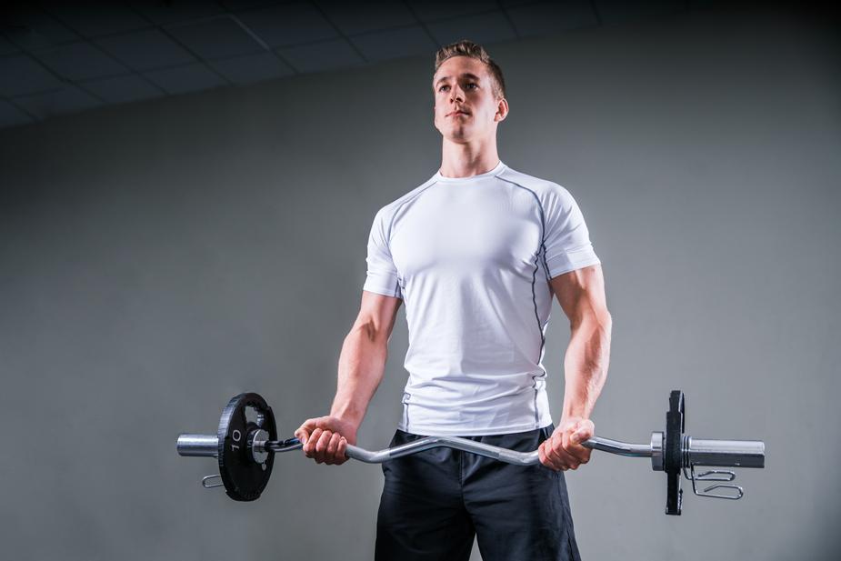 二頭肌長不大錯誤:借助「動能」進行彎舉